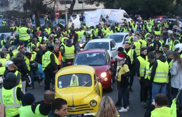«Les ronds-points doivent être libérés»: après la décrue des gilets jaunes samedi, l'exécutif mise sur une sortie de crise