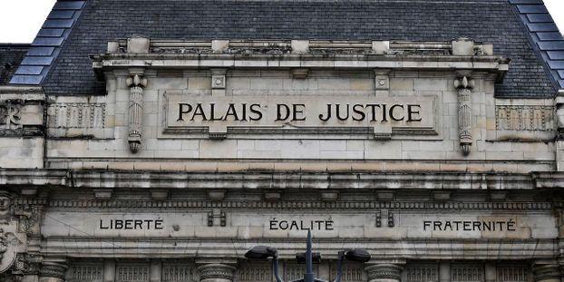 Prison ferme pour trois «gilets jaunes» après l'incendie d'une mairie du Loiret