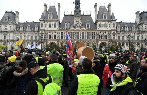 Paris : des Gilets jaunes lisent une lettre ouverte à Emmanuel Macron