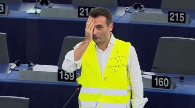 Florian Philippot intervient en gilet jaune, œil masqué, au parlement européen