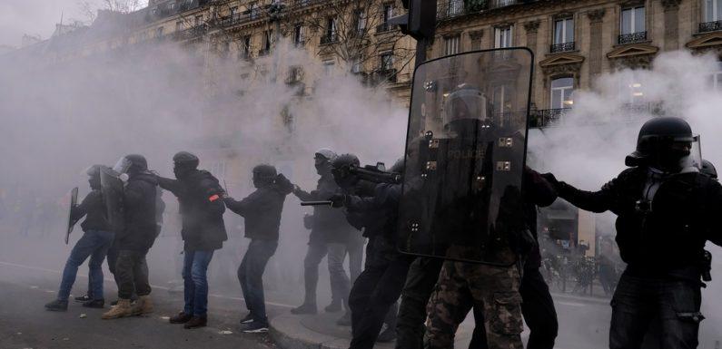 «Gilets jaunes»: Pourquoi les grenades de désencerclement sont-elles critiquées?