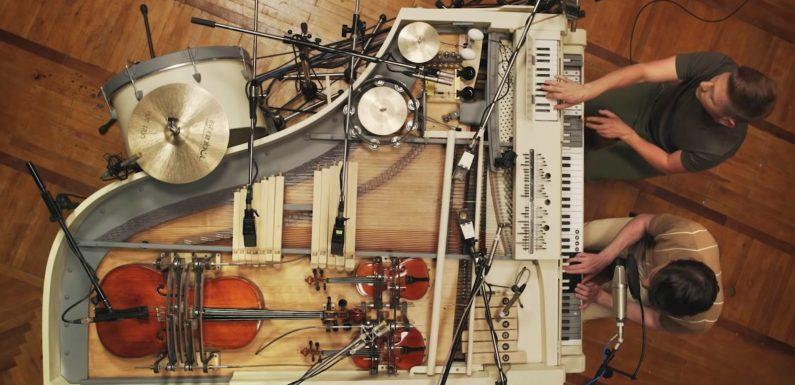 Ce piano à queue a été transformé en orchestre en y intégrant 20 instruments différents
