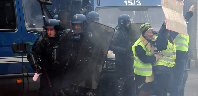 Acte 18 : les forces de l'ordre violemment prises à partie par les manifestants (IMAGES)