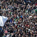 Présidentielle en Algérie : « Le vote est truqué », une marée humaine dans les rues pour contester le président