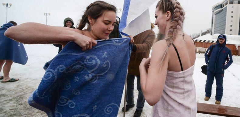 Russie : des orthodoxes plongent dans l'eau glacée pour fêter l'Epiphanie