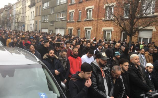Entre 5 et 10000 Musulmans dans les rues de Molenbeek pour rendre hommage au prédicateur islamiste Rachid Haddach